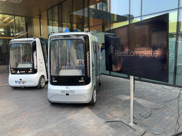 Self-driving bus and Fleet Complete screen display.